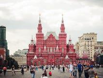 La costruzione rosa sul quadrato rosso Fotografie Stock