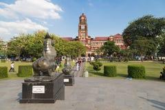 La costruzione rossa del palazzo in Rangoon, Myanmar dell'alta corte Immagini Stock