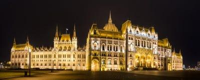 La costruzione ungherese del Parlamento con l'illuminazione luminosa e bella alla notte Fotografia Stock Libera da Diritti