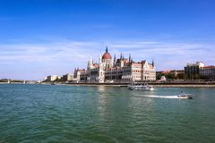 La costruzione ungherese del Parlamento lungo il Danubio a Budapest, la capitale dell'Ungheria immagine stock libera da diritti