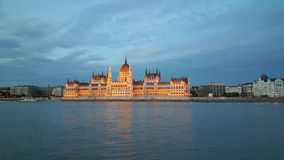 La costruzione ungherese del Parlamento nella sera fotografie stock libere da diritti