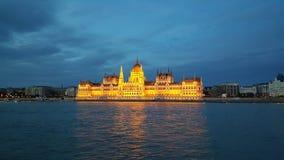 La costruzione ungherese del Parlamento nella sera immagini stock