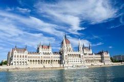 La costruzione ungherese del Parlamento sotto il cielo blu Immagine Stock