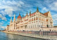 La costruzione ungherese del Parlamento sulla banca del Danubio in B fotografia stock