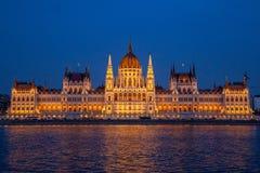 La costruzione ungherese del Parlamento sulla banca del Danubio a Budapest Fotografia Stock