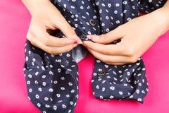La costurera abotona las manos del botón Fotos de archivo