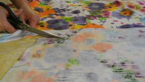 La costurera casera corta la tela con las tijeras Materia textil femenina del corte de la mano almacen de video