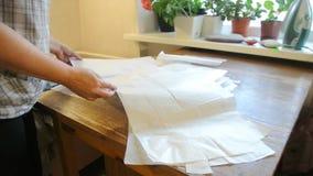 La costurera casera presenta el modelo en la tabla Modelos manuales a mano hembra metrajes