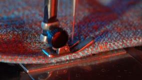 La costurera cose en una máquina de coser almacen de video
