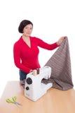 La costurera de la mujer demuestra la materia textil Imagenes de archivo