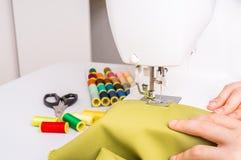 La costurera está cosiendo en la máquina de coser Imagenes de archivo