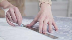 La costurera mide la longitud el tela con tiza y una regla almacen de metraje de vídeo
