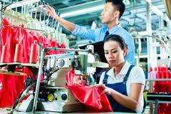 Supervisor de la costurera y de cambio en fábrica de la materia textil Foto de archivo