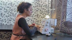 La costurera trabaja en taller almacen de metraje de vídeo