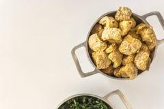 La cotenna grigliata ed il cavolo accompagna il feijoada, piatto tipico brasiliano immagine stock libera da diritti