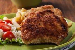 La cotoletta cordon bleu con la lonza di maiale è servito con le patate fritte e l'insalata Immagini Stock Libere da Diritti