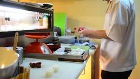 La cottura dei sushi giapponesi di cucina è un alimento del Giappone video d archivio