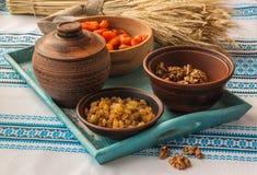 La cottura del kutya è un alimento tradizionale sulla notte di Natale fotografie stock