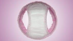 La couche-culotte de bébé halète et très doucement et sèche photos stock