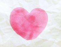 La couleur acrylique rose a donné au coeur une consistance rugueuse peint par papier Photos stock