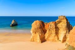 La couleur d'or bascule sur la plage du DA Rocha de Praia Photographie stock