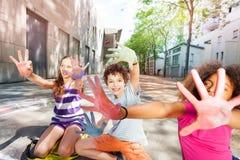 La couleur dans des mains de craie des enfants groupent des paumes Photo stock
