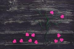 La couleur de coeur est fuchsia Un arbre des fils avec des coeurs au lieu des feuilles Photographie stock