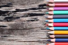 La couleur de plan rapproché crayonne la concaténation sur le vieux fond en bois Photos stock