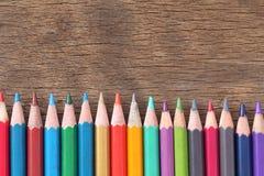 La couleur de plan rapproché crayonne la concaténation sur le vieux fond en bois Images libres de droits