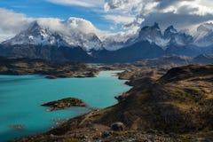 La couleur fantastique de l'eau de lac est corps d'eau de surface du ` s de Pehoé situé dans le parc national de Torres del Pain Images libres de droits