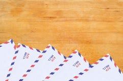 La couleur marque avec des lettres des enveloppes sur la texture en bois Photographie stock libre de droits