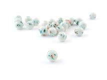 La couleur multi a modifié la tonalité la pierre gemme de quartz d'isolement sur la fin blanche de fond  Image stock