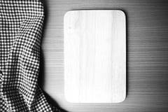 La couleur noire et blanche de serviette de planche à découper et de cuisine modifient la tonalité le style Photos libres de droits