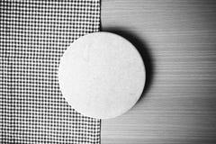 La couleur noire et blanche de serviette de planche à découper et de cuisine modifient la tonalité le style Images libres de droits