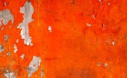 La couleur orange peinte sur le mur en béton épluchent Vieux et sale fond de texture de mur image stock