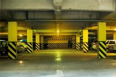 La couleur peu profonde du garage souterrain DOF a modifié la tonalité l'image Image libre de droits