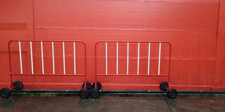 La couleur rouge et blanche de texture de fond a la barrière du trafic une police du mur avec la barrière du trafic 2 images libres de droits