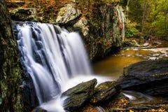La couleur tôt d'automne chez Kilgore tombe, au parc d'état de roches, Maryla image stock