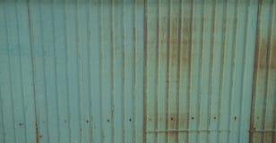 La couleur verte s'est rouillée feuille ondulée de zinc Photographie stock