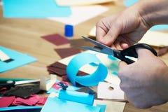 La coupe avec des ciseaux a coloré le papier et fait des métiers Scrapbooking et d'autres passe-temps image libre de droits
