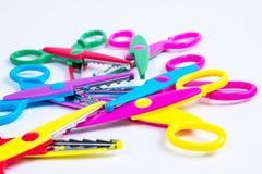 La coupe de créativité du ` s d'enfants a formé des ciseaux, ciseaux colorés Image libre de droits