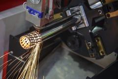 La coupe de découpeuse de laser de fibre de commande numérique par ordinateur le tuyau inoxydable image stock