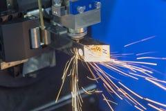 La coupe de découpeuse de laser de fibre le tuyau carré photo libre de droits