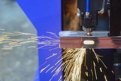 La coupe de découpeuse de laser le tube carré photos stock