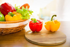 La coupe de paprika sur la plaque de découpage avec le légume sain se dorent dedans Photo stock