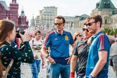 La coupe du monde 2018 de la FIFA Les fans de l'équipe de football nationale espagnole ont photographié sur la place rouge Photo stock
