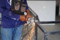 La coupe en acier de broyeur d'utilisation de travailleur créent la table d'acier en métal Technicien industriel image libre de droits