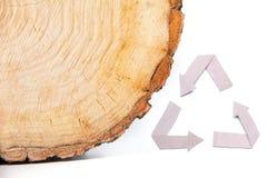 La coupe en bois en gros plan et réutilisent le symbole Photo stock