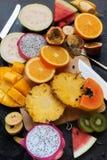 La coupe tropicale réglée entoure la vue supérieure de fruits Photos libres de droits