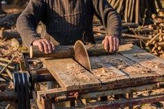 La coupure du bois avec une circulaire a vu photographie stock